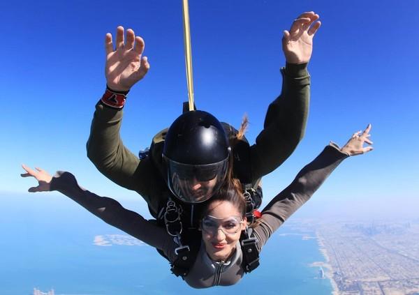 Tak hanya berpose seksi, Natalia juga suka memacu adrenalin dengan sky diving di The Palm, Dubai.(Instagram/Nataliabarulich)