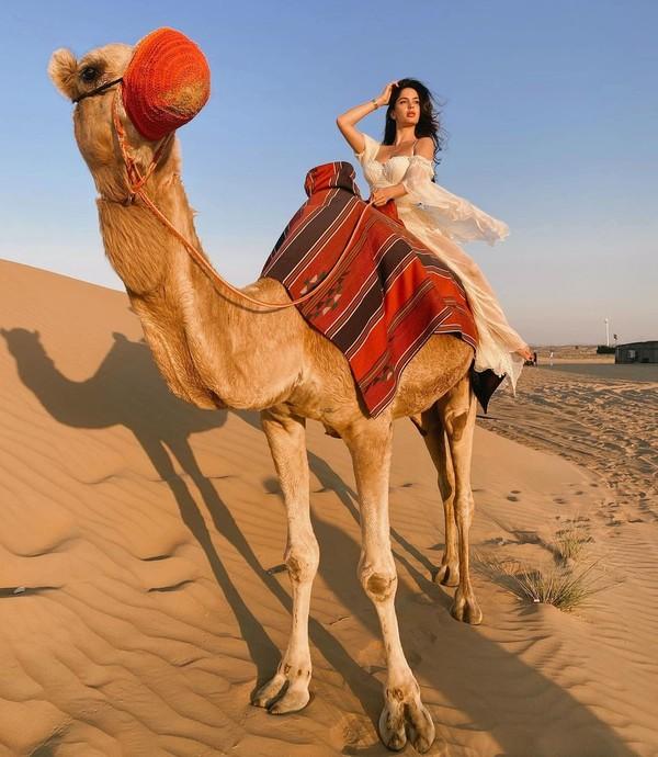 Tak hanya sky diving, Natalia juga main ke padang pasir dan naik unta. (Instagram/Nataliabarulich)