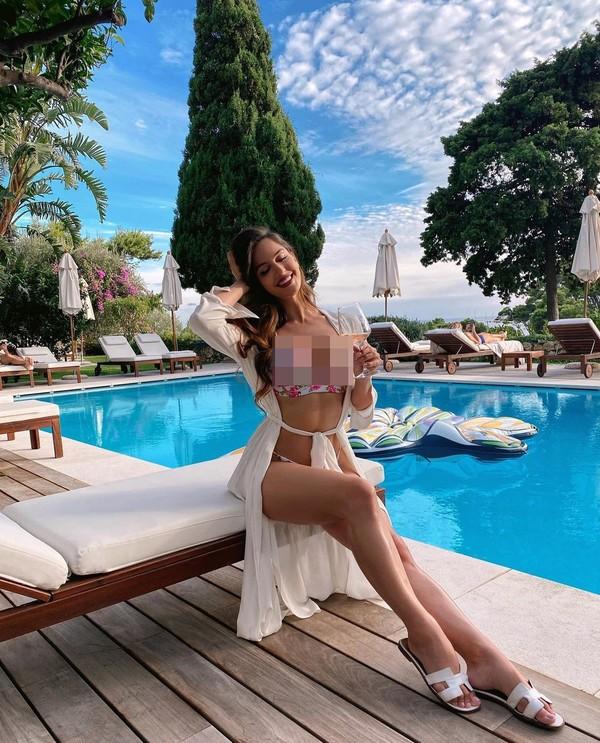 Liburan ke Capri, Italia, Natalia tak lupa berpose seksi. (Instagram/Nataliabarulich)
