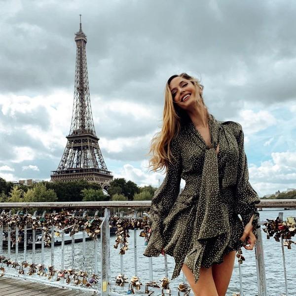 Inilah gaya seksi Natalia saat berfoto dengan latar Menara Eiffel. (Instagram/Nataliabarulich)