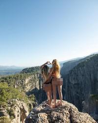Tahlia pun liburan ke Antalya, Turki. Di sebuah bukit, posenya terbilang berani.(Instagram/Tahliaparis)
