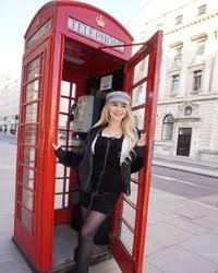 Ini pose Tahlia di telepon umum London yang ikonik.(Instagram/Tahliaparis)