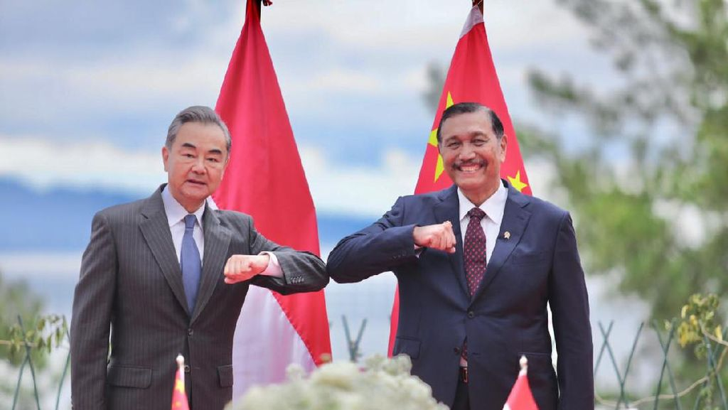 Bareng Menlu China di Danau Toba, Luhut: Kedatangan Sahabat
