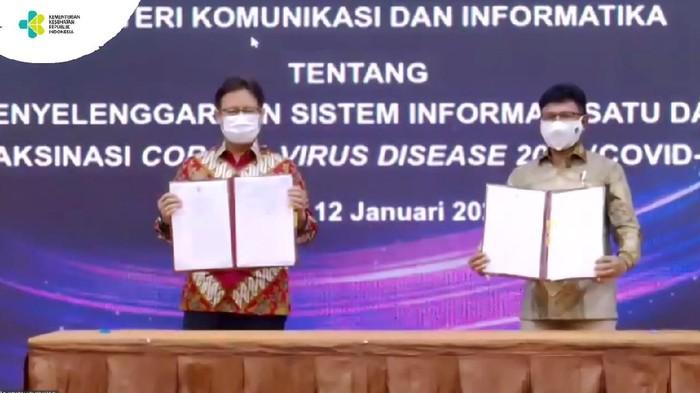 Untuk memberikan kepastian hukum dalam mengatur sistem manajemen informasi satu data vakasinasi COVID-19 di Indonesia, Menteri Komunikasi dan Informatika (Menkominfo) Johnny G Plate dan Menteri Kesehatan (Menkes) Budi Gunadi Sadikin menandatangani Surat Keputusan Bersama (SKB).