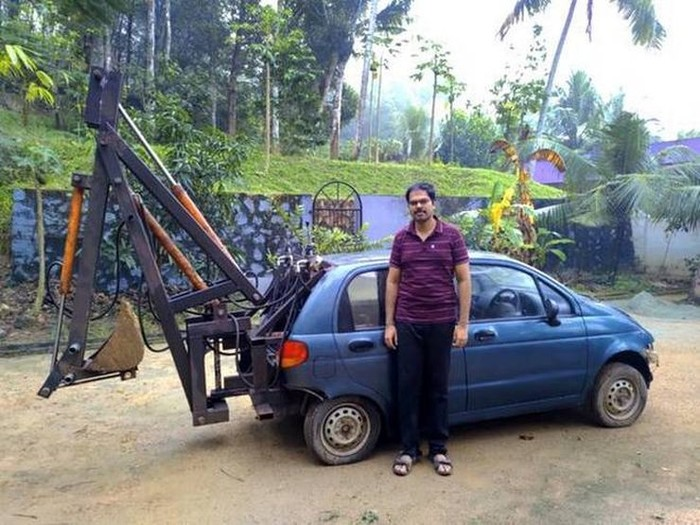 Mobil tua jadi ekskavator mini