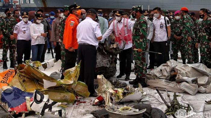 Menhub dan Panglima TNI mengecek serpihan pesawat Sriwijaya Air SJ182 yang masih berada di Pelabuhan JICT II, Tanjung Priok, Jakarta Utara.