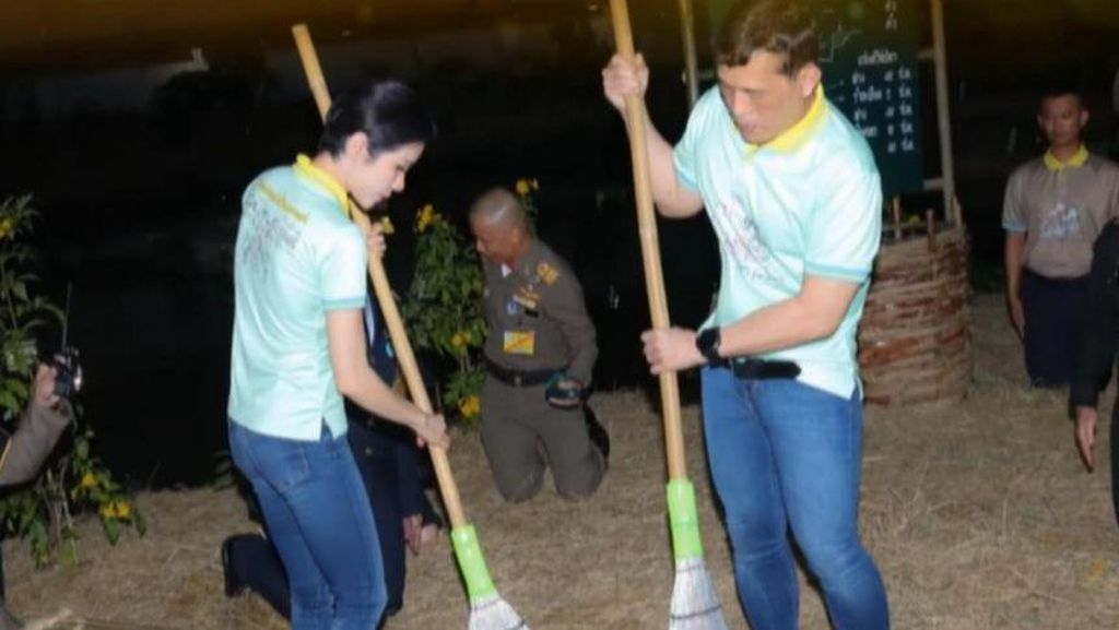 Momen Raja Thailand dan Selirnya Menyapu Lantai di Penjara
