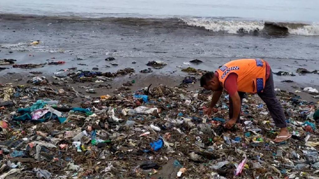 Ngeri... Pantai Padang Diselimuti Sampah