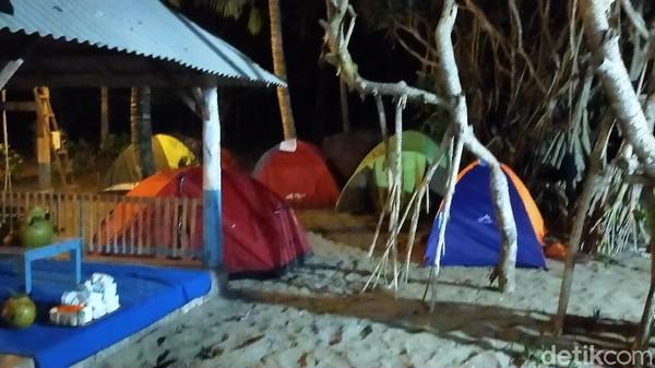 Di lokasi tersebut juga sudah difasilitasi oleh wifi, mushola, toilet serta kedai makan. Bermalam di tenda sambil mengunggah hasil hunting foto di sana bisa jadi hiburan tersendiri.