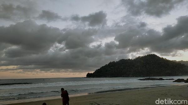 Pesona pantai selatan di Kabupaten Banyuwangi memang menarik untuk didatangi traveler. Salah satunya di Pantai Rajegwesi yang masuk kawasan Taman Nasional Meru Betiri. Lokasinya ada di Desa Sarongan, Kecamatan Pesanggaran, Banyuwangi.