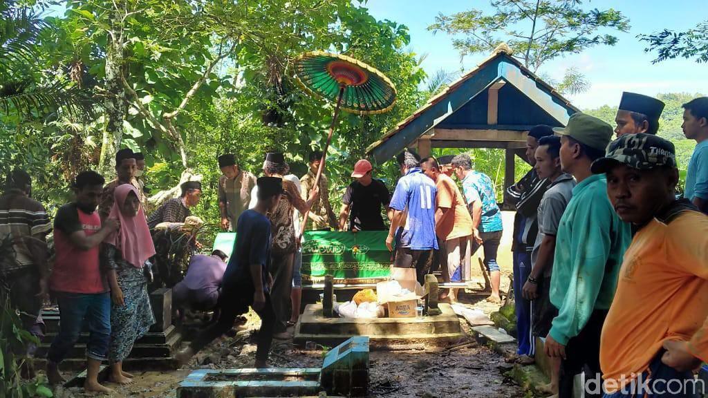 4 Jenazah Korban Kecelakaan Maut Tol Cipali Dimakamkan di Kebumen