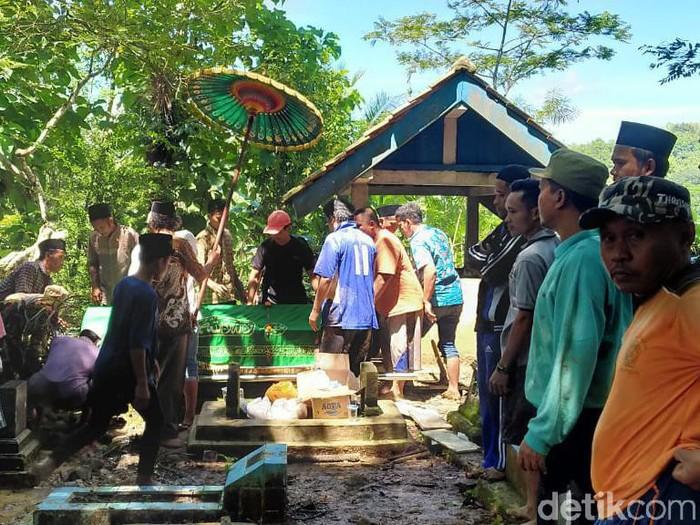 Pemakaman korban kecelakaan Tol Cipali di Kebumen, Selasa (12/1/2021).