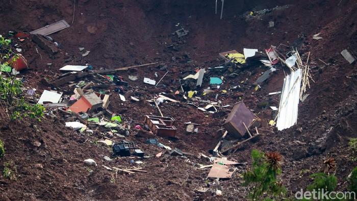 Longsor melanda Desa Cihanjuang, Cimanggung, Sumedang pada Sabtu (9/1) lalu. Kejadian itu mengakibatkan 14 rumah rusak tertimbun material longsor.
