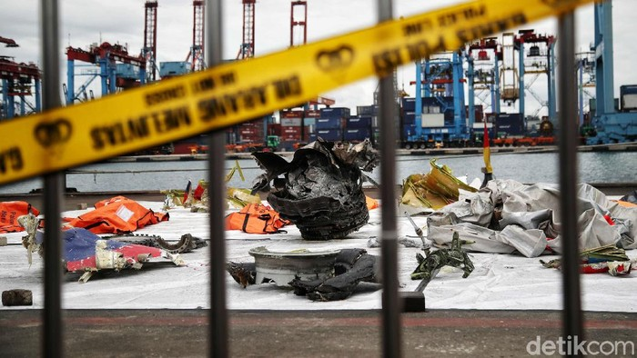 Puing-puing yang ditemukan di lokasi jatuhnya pesawat Sriwijaya Air SJ182 dikumpulkan d JICT 2, Tanjung Priok, Selasa (12/1/2021). Begini penampakannya.