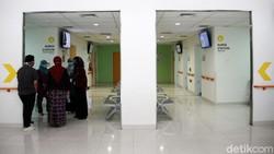 Rumah Sakit Universitas Indonesia akan melakukan vaksinasi COVID-19 pada Kamis (14/1) mendatang. Berbagai peralatan medis sudah disiapkan di rumah sakit itu.