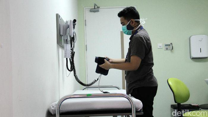 Tenaga kesehatan mengecek peralatan dan perlengkapan yang ada di ruang vaksinasi di Rumah Sakit UI Depok sebagai bagian dari persiapan sebelum pelaksanaan.