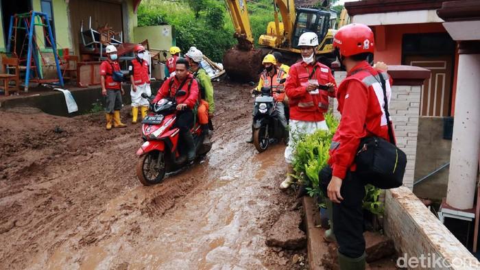 Tim SAR gabungan kembali melakukan pencarian korban longsor di Kampung Bojongkondang, Desa Cihanjuang, Cimanggung, Kabupaten Sumedang, Selasa (12/1/2021) pagi.