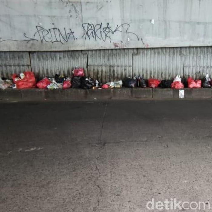 Sampah di tengah jalan Jl Dewi Sartika dan flyover dekat Pasar Ciputat, Tangerang Selatan, Banten. (Taufieq Renaldi Arfiansyah/detikcom)