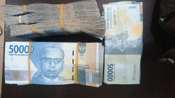 Seorang pemuda di Kabupaten Banggai, Sulawesi Tengah ditangkap polisi usai membawa lari uang sebanyak 75 juta rupiah untuk modal nikah.
