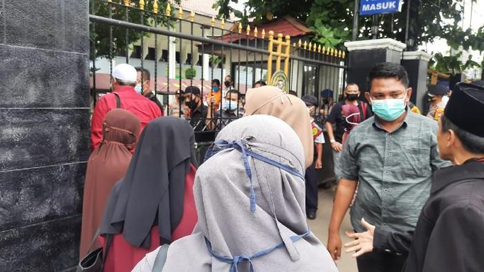 Simpatisan Habib Rizieq datangi PN Jaksel (Foto: Fathan/detikcom)