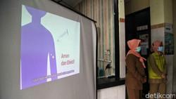 Puskesmas Kelurahan Cilincing menggelar simulasi pemberian vaksin Sinovac. Simulasi ini untuk memastikan kesiapan proses vaksinasi dan tim medis di puskesmas.
