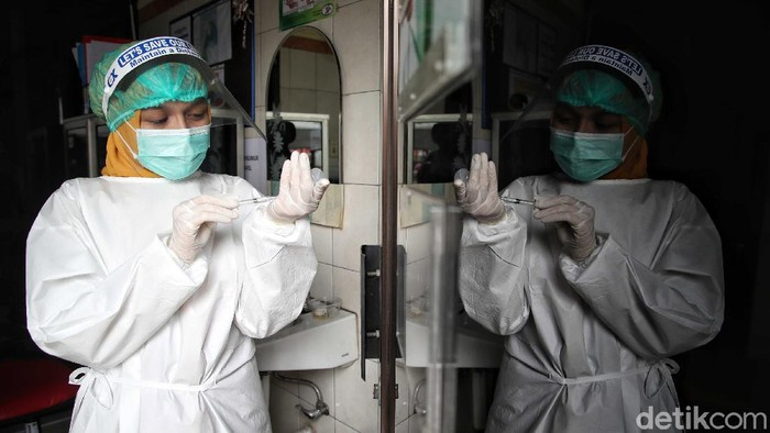 Puskesmas Kelurahan Cilincing 1,Jakarta Utara, menggelar simulasi pemberian vaksin Sinovac, Selasa (12/1). Simulasi ini untuk memastikan kesiapan proses vaksinasi dan tenaga medis di puskesmas.