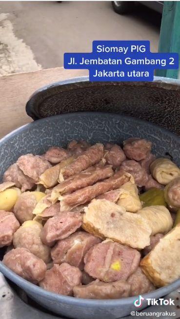 Bukan Siomay Ikan, Penjual Ini Tawarkan Siomay Daging Babi