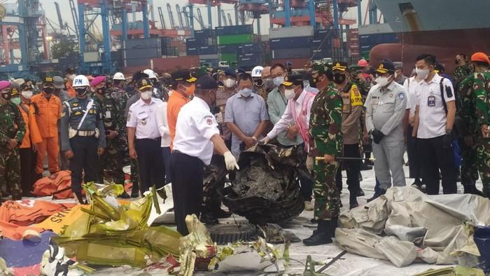 Menhub Budi Karya Sumadi dan Panglima TNI Marsekal Hadi Tjahjanto mengecek serpihan pesawat Sriwijaya Air SJ182.