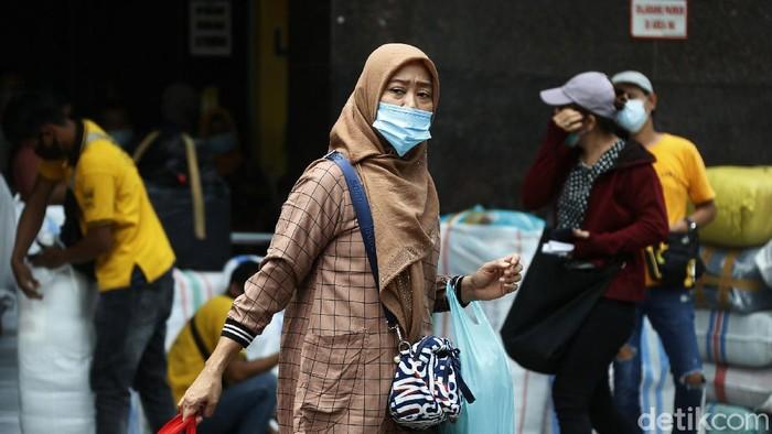 Suasana Pasar Tanah Abang Pemprov DKI Jakarta menerapkan PSBB ketat pada periode 11 Januari - 25 Januari 2021.