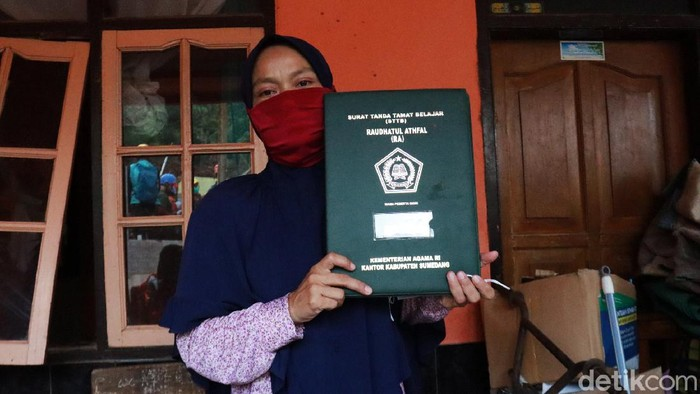 Tangisan pecah, kala Jaenab melihat bangunan rumah dan sekolah Raudatul Athfal (RA) miliknya rata tertimbun material longsor di Kampung Bojongkondang, Desa Cihanjuang, Kecamatan Cimanggung, Kabupaten Sumedang.