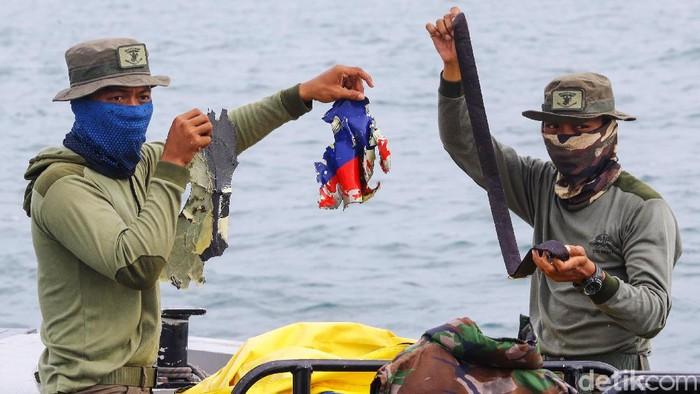 Tim penyelam gabungan sudah memulai proses evakuasi di perairan Kepulauan Seribu, tempat jatuhnya pesawat Sriwijaya Air SJ182, Selasa (12/1/2021). Penyelam terlihat menemukan serpihan pesawat.
