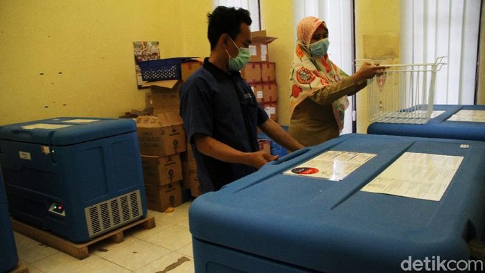 Sebanyak 11.140 Vaksin Sinovac sudah tiba di gedung UPTD Farmasi Kota Depok, Jawa Barat, Selasa (12/1). Ini foto-fotonya.