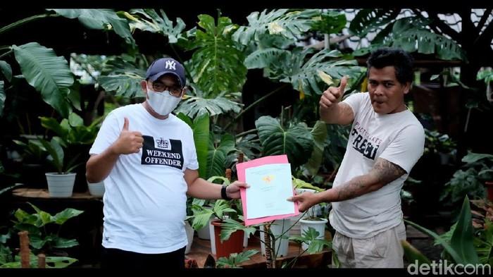 Seorang pecinta tanaman di Garut bikin heboh lantaran membarter rumah dengan tanaman. Kisah itu jadi perbincangan saat ini.