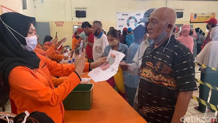 Warga Surabaya Ambil BST di Kantor Pos