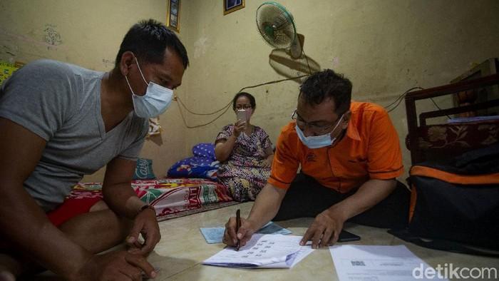 Bantuan Sosial Tunai (BST) Pemprov DKI Jakarta mulai disalurkan. Diketahui, 1.055.216 KK akan menerima dana tunai senilai Rp 300 ribu selama 4 bulan.
