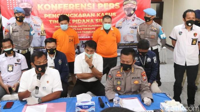 2 Pria di Palu (berbaju tahanan) ditangkap polisi usai meretas situs Universitas Tadulako (Qadri/detikcom).