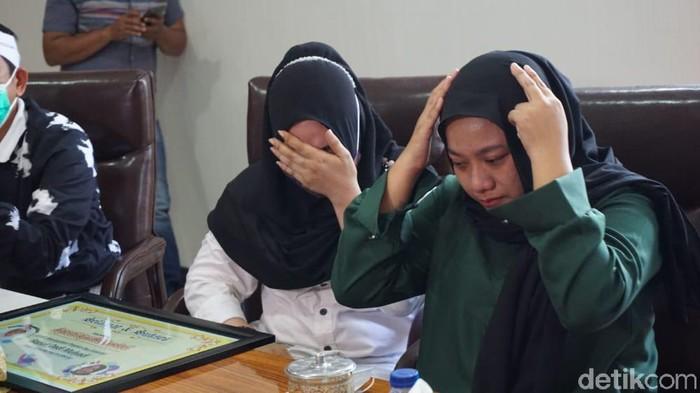 Anak A (19) bersama ibu kandungnya, S (36), di kantor Kejari Demak, Rabu (13/1/2021).