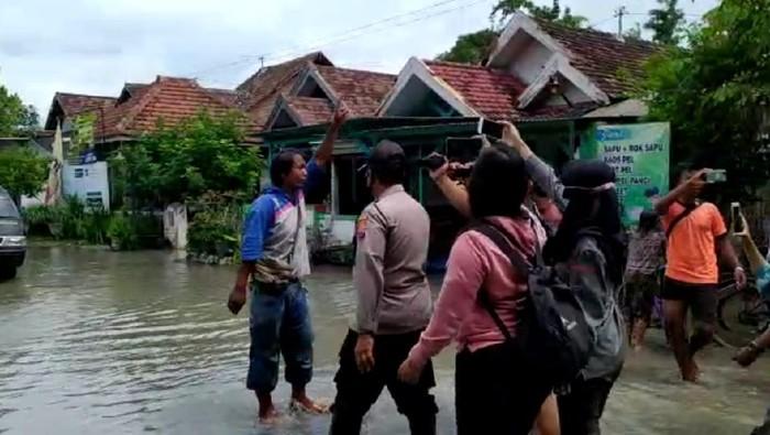 Kunjungan Bupati Jombang Mundjidah Wahab meninjau banjir di Dusun Beluk, Desa Jombok, Kecamatan Kesamben diwarnai aksi protes dari seorang warga. Pria ini melampiaskan amarahnya sembari menantang Bupati untuk tinggal di tengah banjir agar mengetahui penderitaan warga.