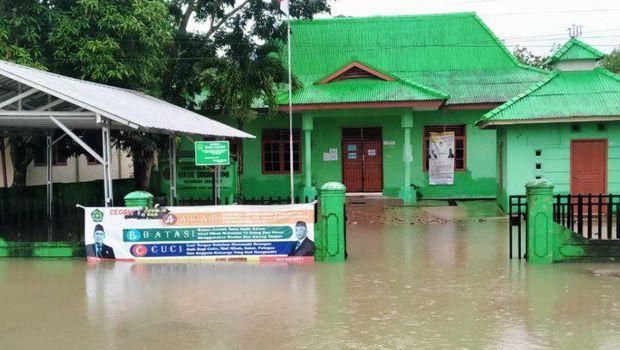 Banjir yang merendam Kantor Urusan Agama di Bangka akibat hujan sejak kemarin Selasa (12/1)  (ANTARA/Kasmono)