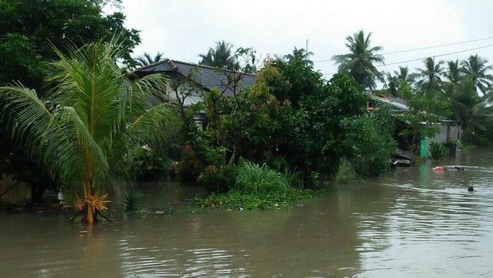 Banjir yang merendam ribuan rumah warga di Bangka akibat hujan sejak kemarin Selasa (12/1). (ANTARA/Kasmono)
