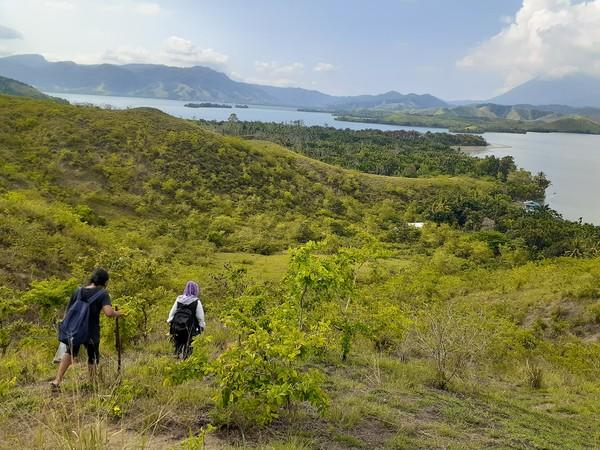 Sepintas Bukit Yomokho di tepi Danau Sentani ini berbentuk seperti huruf U. Siapa sangka bukit cantik ini menyimpan situs bersejarah. (Hari Suroto/Istimewa)
