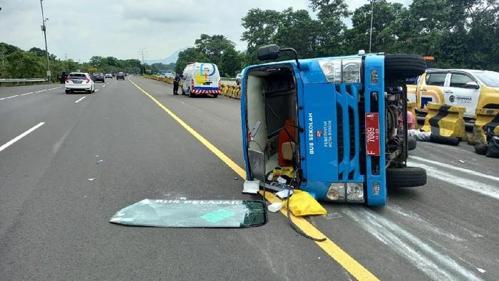 Bus pengangkut pasien COVID-19 kecelakaan di Tol Jagorawi.