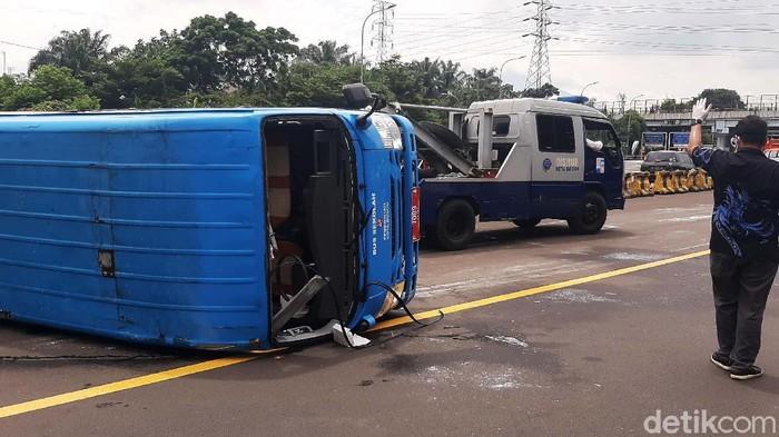 Sebuah bus yang mengangkut pasien COVID-19 terguling di ruas Tol Jagorawi, Kota Bogor. Tidak ada korban jiwa dalam kejadian tersebut.