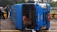 Bus Pengangkut Pasien COVID-19 Terguling di Tol Jagorawi