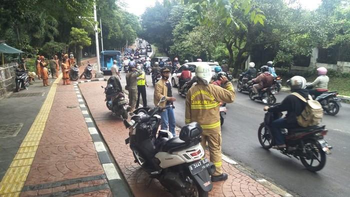 Ceceran bensin solar di permukaan Jalan Raya Lenteng Agung, akbatkan 3 pemotor terluka