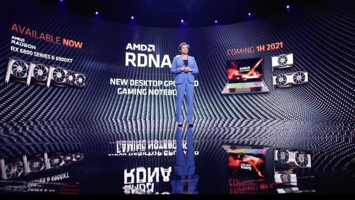 CEO AMD Lisa Su saat memamerkan RDNA 2 untuk laptop