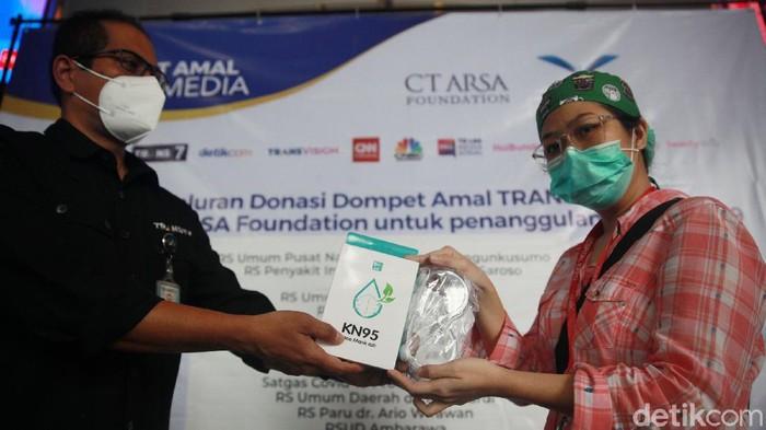 Perwakilan CT Arsa Foundation serta Kadiv PR Transmedia, Achmad Hadiansyah Lubis, bersama General Manager CT ARSA Foundation, Gatut Mukti, menyerahkan donasi tahap ke-9 secara simbolis untuk penanganan COVID-19 di Gedung Transmedia, Jakarta, Rabu (13/1/2021).