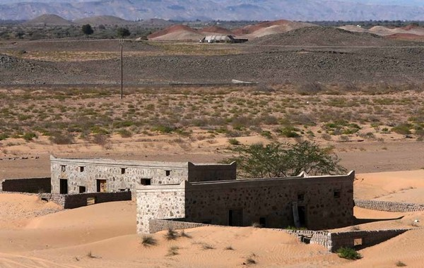 Wadi al-Murr berada di dasar lembah dengan jarak 400 Km dari ibukota Muscat. Desa ini terputus dari jalan utama dan untuk mencapainya harus melewati jalan yang panjang dan juga jelek.