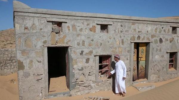 Saat pertama muncul, hanya atap dan sedikit tembok saja yang muncul ke permukaan. Namun tetap saja munculnya desa ini menggemparkan kawasan padang pasir ini.