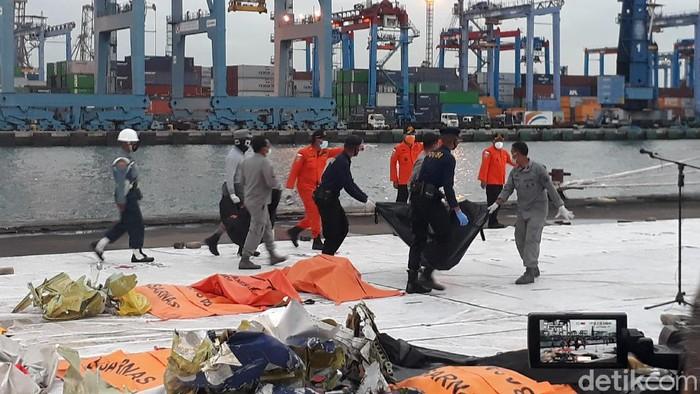 Evakuasi Sriwijaya Air SJ182 di JICT2 pada 13 Januari 2021 (Azhar Bagas Ramadhan/detikcom).